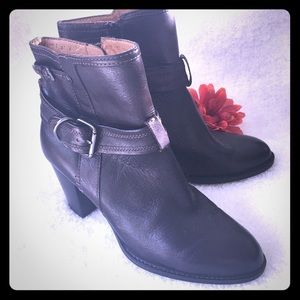 SOFFT-Black Leather Heeled Boots w/Buckle LIKE NEW